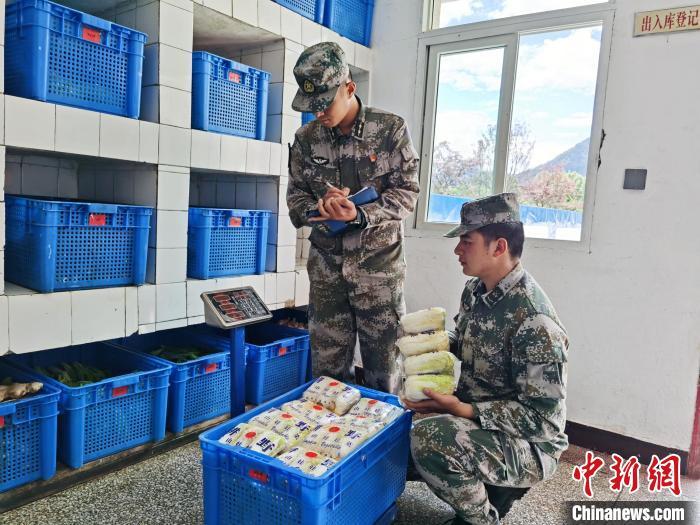 图为西藏军区某合成旅官兵登记食材。 念美多杰供图