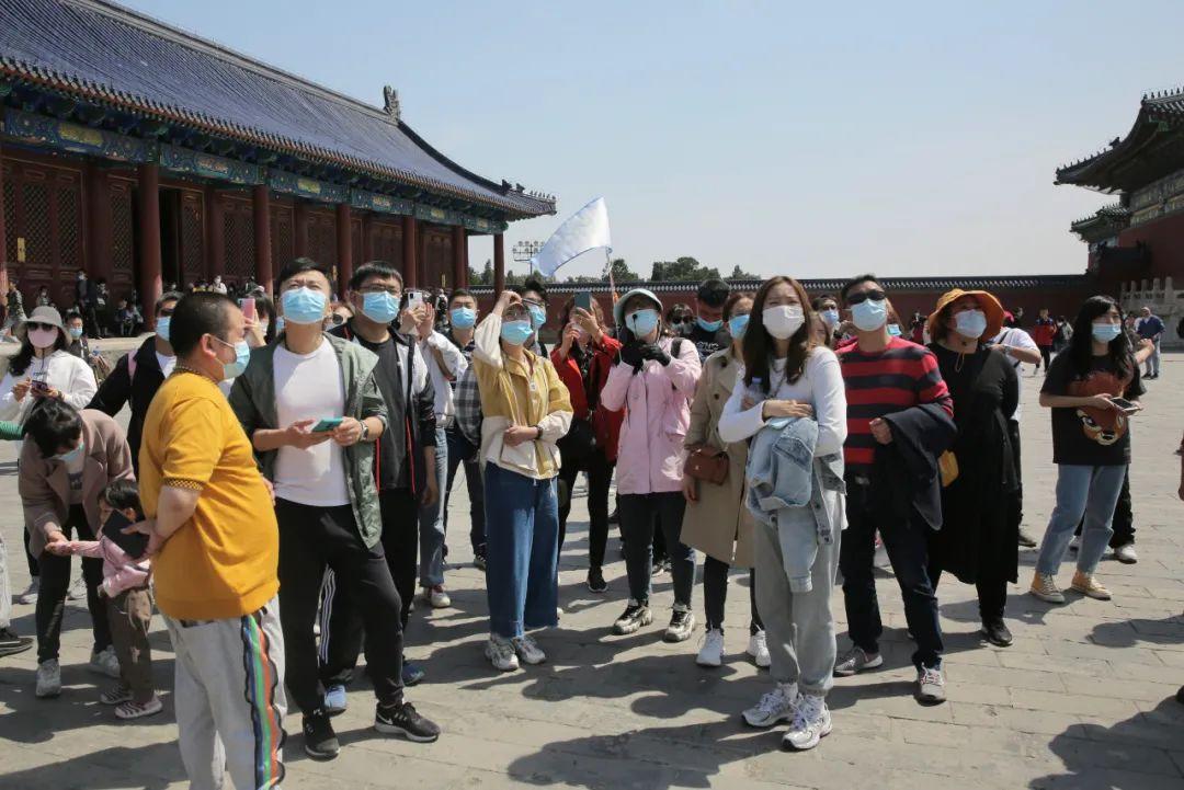 """5月2日,北京天坛公园,游览天坛祈年殿的游客均戴着口罩。当天,北京全市公园待客164万人次。当天,北京全市公园待客164万人次。而能够经受住又一个""""旅游旺季""""的大考,也将为中国旅游业的永远发展,以及向更高质量的转型,打下更牢固的基础。各大景区及时完善预案,相机走事采取限流等措施,对于这个堪称""""史上最炎""""的""""五一幼长伪"""",尤显主要。在此背景下,景区自然要更多思考,如何改进有关服务,包括完善答急预案、升迁答急能力等方面,给予游客更多的坦然感与获得感。如,往年的清明节、""""五一""""、""""十一""""等伪期,都展现过景区因人流量增补,而被迫采取危险限流甚至是一时关闭的表象。</p> <p>  不过,在疫情防控常态化下,景区开启的""""人从多""""模式,不论对防疫坦然,照样旅游体验,都有着清晰的影响。但伪期下半程的客流还能够不息上升,景区在做益答急预案、及时发布出游新闻等方面,仍不及失踪以轻心。新京报记者 郑新洽 摄影 ▲]article_adlist--> <p>  自然,从更永远角度来望,疫情防控常态化下,景区限流、预约的常态化,也在添速倒逼旅游业由寻求数目向更添偏重质量的转型。而当限流成为常态化,游客的游览体验、人均消耗程度,对景区来说就变得更添主要了。</p> <p>  原形上,基于对""""五一""""期间人员浓密出走的预判,""""五一""""前夕召开的国务院常务会议,就清晰请求国务院联防联控机制完善举措,请示各地各部分深化义务,借鉴之前走之有效的一些做法,毫不放松地抓益伪期疫情防控,厉格落实常态化防控措施,采取限流、预约、错峰等手段,防止景区等场所人员太甚荟萃。</p> <p>  这方面已有前车之鉴。</p> <p>  总之,对于这个疫情防控常态化下展现的""""史上最炎""""幼长伪,就答该""""配备""""最足够、最踏实、最人性化的旅游服务方案。</p> <p>  在相等长的时间里,吾们的旅游业主要拼的都是""""门票经济"""",其背后最主要的指标便是游客周围。这一方面导致不少游客跑了""""委屈路"""",甚至是被迫滞留;另一方面因短时间内大量游客迅速荟萃,也增补了疫情防控风险。</p> <p>  另表,对于疫情防控常态化下新的旅游动向,也要及时纳入答急预案中。</p> <p>  全国周围内各大景区客流井喷,重现疫情前伪期的""""嘈杂""""场面,甚至有过之而无不敷,逆映了因疫情而被按捺的出游亲炎正在添倍开释。</p>   点击下方公号名片,浏览更多精彩不都雅点</p><p cms-style="""