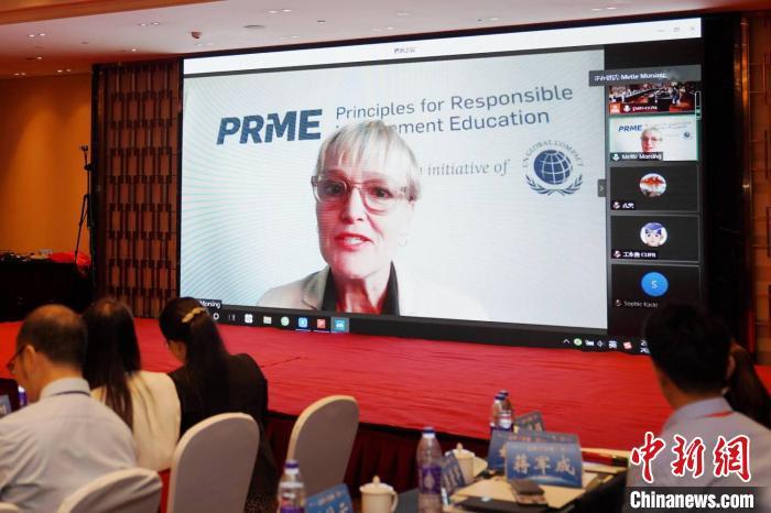 联合国全球契约责任管理教育原则倡议组织负责人梅特·摩尔辛博士通过连线向PRME中国网络成立发来祝贺。 刘博 摄