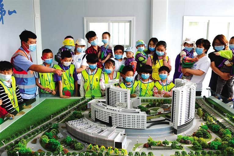 """33位建设者子女受邀参观甘肃省妇女儿童医疗综合体项目 """"小候鸟""""为爸爸妈妈喝彩"""