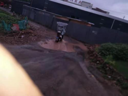 村民:自费修的水泥路被损毁