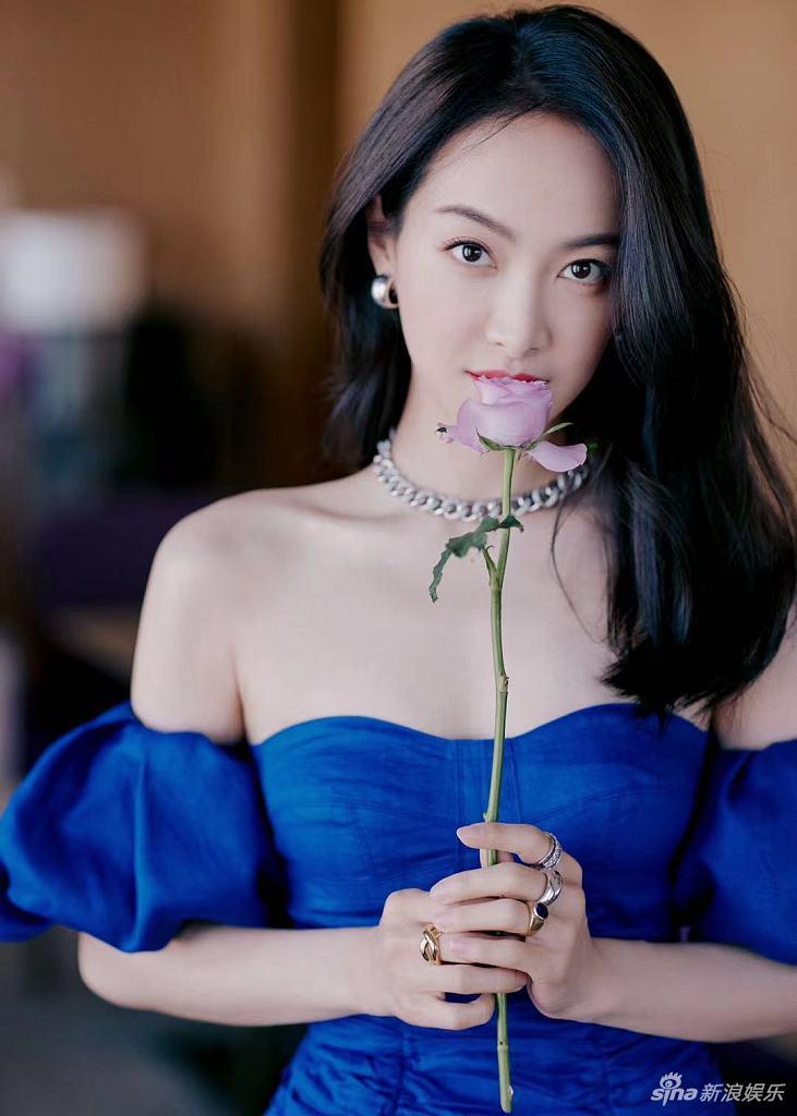 宋茜穿蓝色抹胸裙大秀曲线 手拿鲜花明艳动人