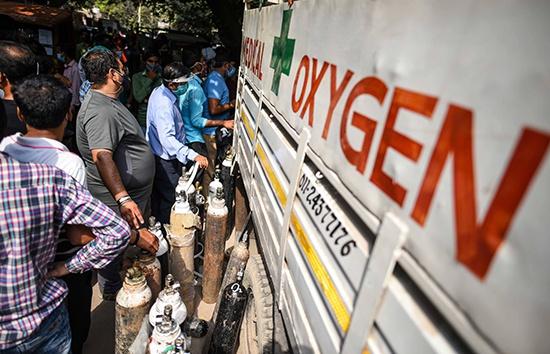新德里民众排队等待装填空氧气瓶,图自:澎湃影像