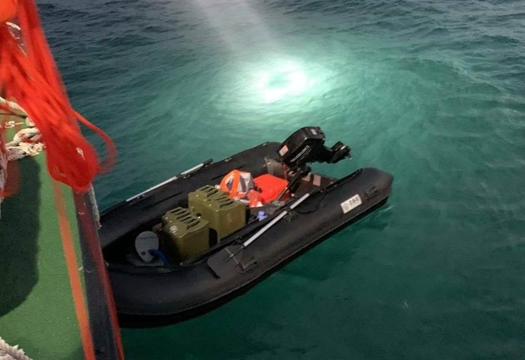 偷渡男子所用皮划艇。图自台湾中时新闻网