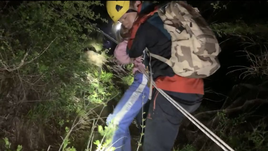 一家四口来京旅游被困箭扣野长城 ,消防员通过照片定位救援