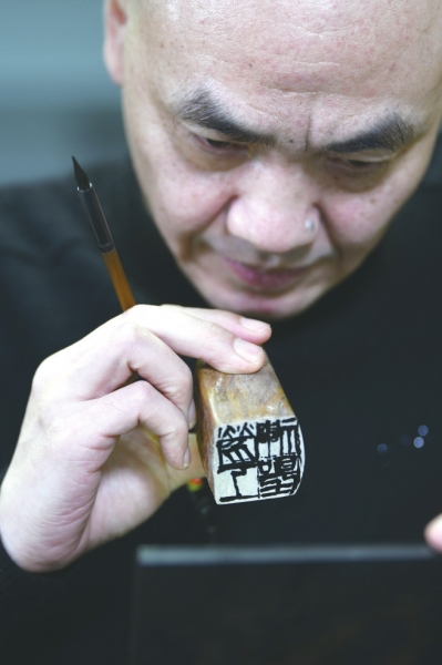 36年刻了上万枚印章,金石书画家汪东明:一块石头一把刀,你刻就可以了