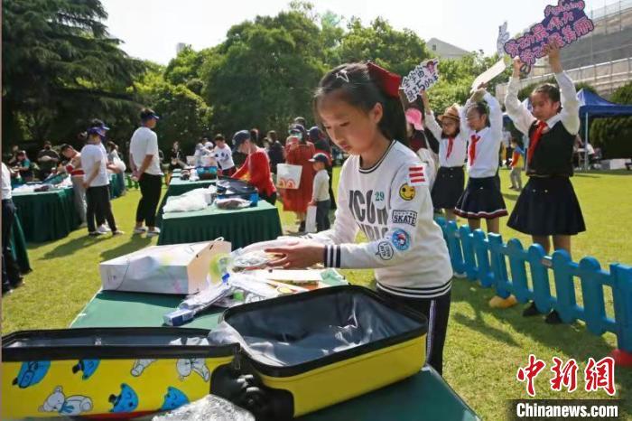 小选手根据任务指令收拾旅行箱。中福会少年宫供图