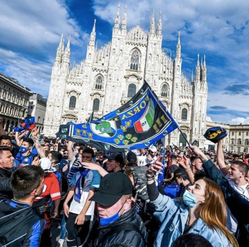 超过3万球迷走上了米兰的街头,庆祝国米夺冠。
