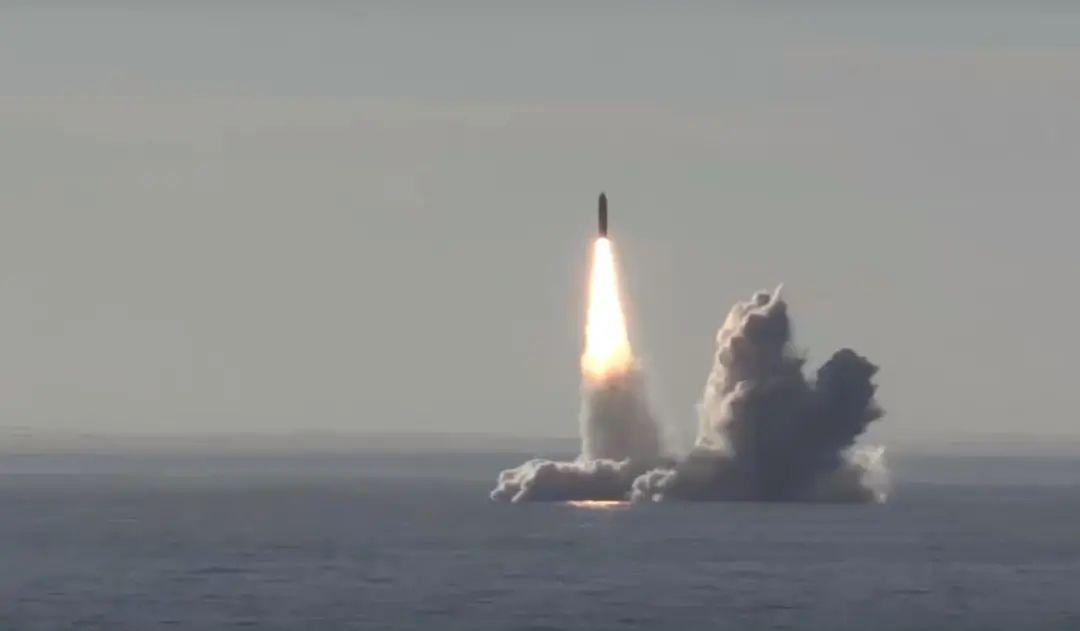 """俄罗斯""""布拉瓦""""潜射洲际导弹发射瞬间"""