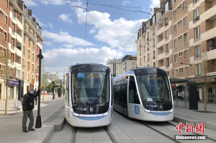 """当地时间5月3日,法国启动第一阶段""""解封"""",取消民众出行不得超过距离住所半径10公里的限制,同时取消了跨区域出行禁令。图为当天正在运行中的巴黎有轨电车新线路。 中新社记者 李洋 摄"""