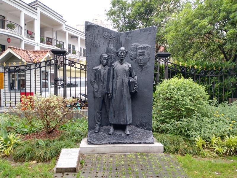 多伦路上柔石雕像