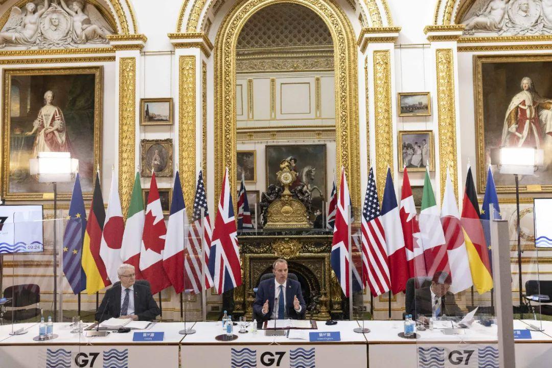 5月4日,英国外交大臣拉布(中)在伦敦主持七国集团外长会。新华社发(英国首相府供图)