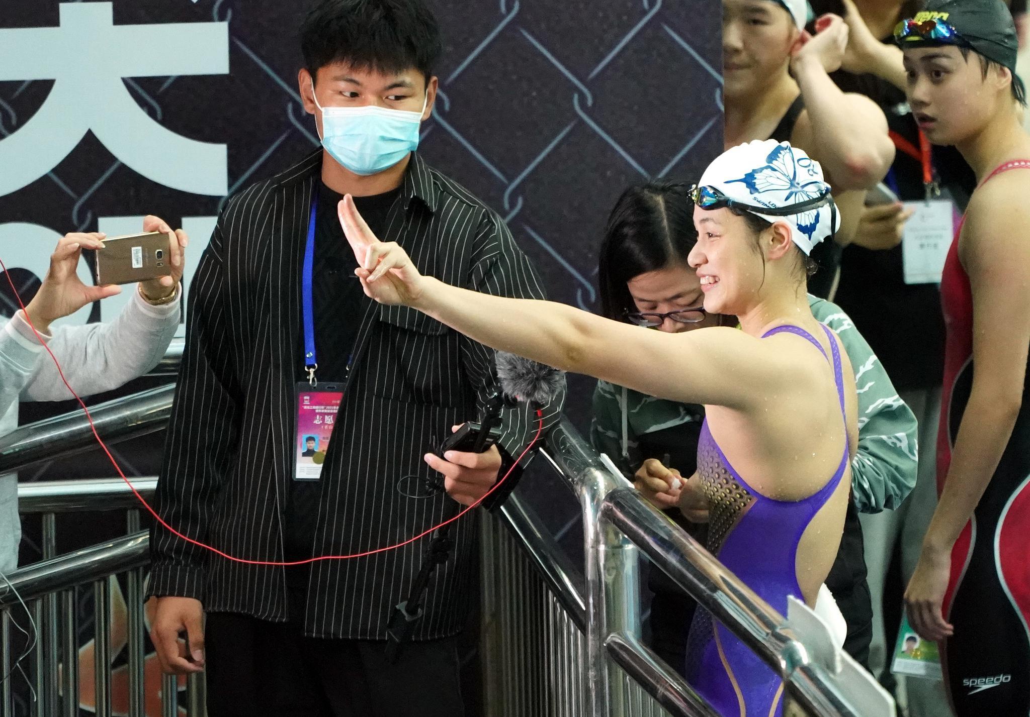 两次刷新世界青年游泳纪录,15岁余依婷正追赶偶像叶诗文