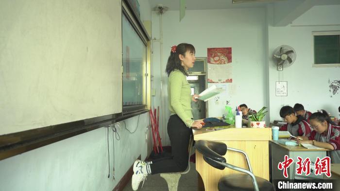 山西:女教师左脚骨折跪着为学生讲课 收获诸多感动