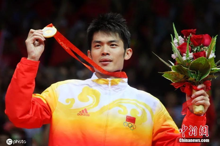 资料图:2008年8月17日,2008北京奥运会羽毛球男单决赛,林丹登上最高领奖台。图片来源:ICphoto