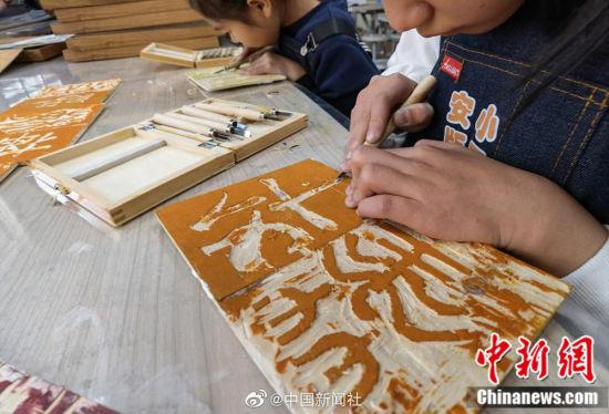 这些木刻版画《百家姓》,是小学生一刀一笔刻画出来的