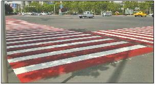 """绿道连接线""""变脸"""",德州路口现红色斑马线"""