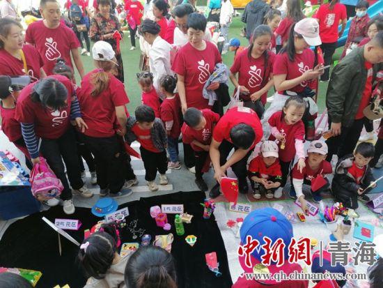 西宁市城北区马坊街道:爱心义卖献真情 童心向党庆百年