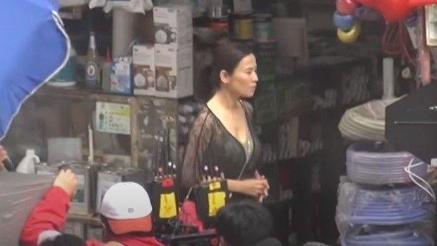 宣萱在街头被拍,49岁中年人的状态真实,脸垮了却还穿黑丝露腿!