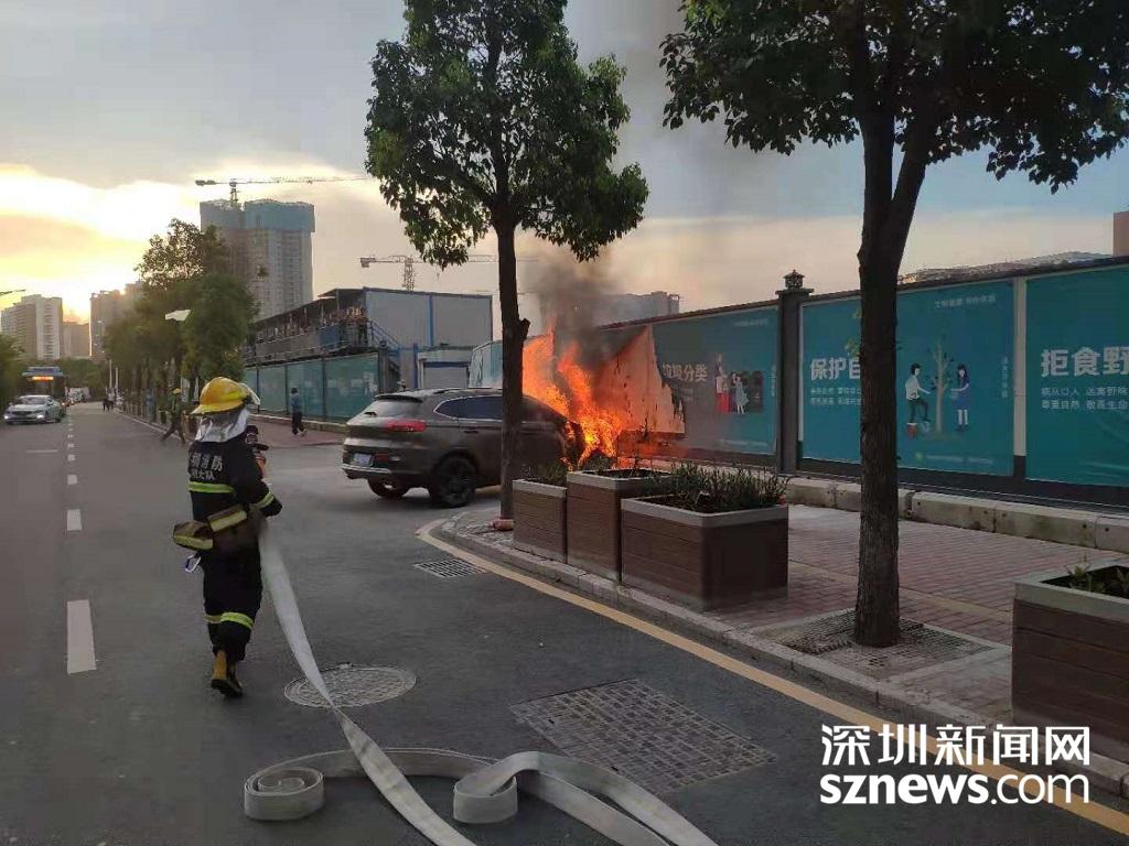 IN视频 光明区一汽油车自燃浓烟滚滚 深圳消防20分钟迅速救援