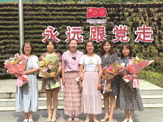 南京盲人姐妹花回母校赠笔记鼓励学弟学妹逐梦