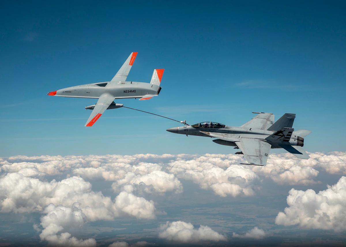 美国海军无人加油机首次为有人机进行空中加油