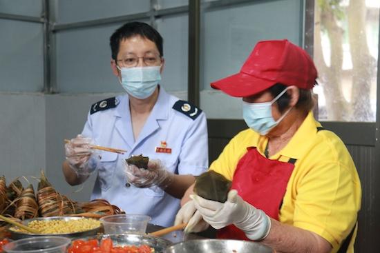 """江门鹤山市税务工作人员体验""""包粽子"""""""