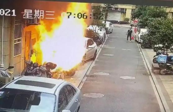 杭州一居民楼下电动车爆燃,小伙子只穿裤衩拎着灭火器猛喷
