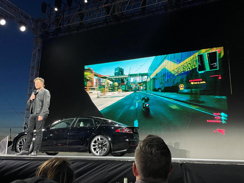马斯克在特斯拉 Model S Plaid 上实机演示《赛博朋克 2077》