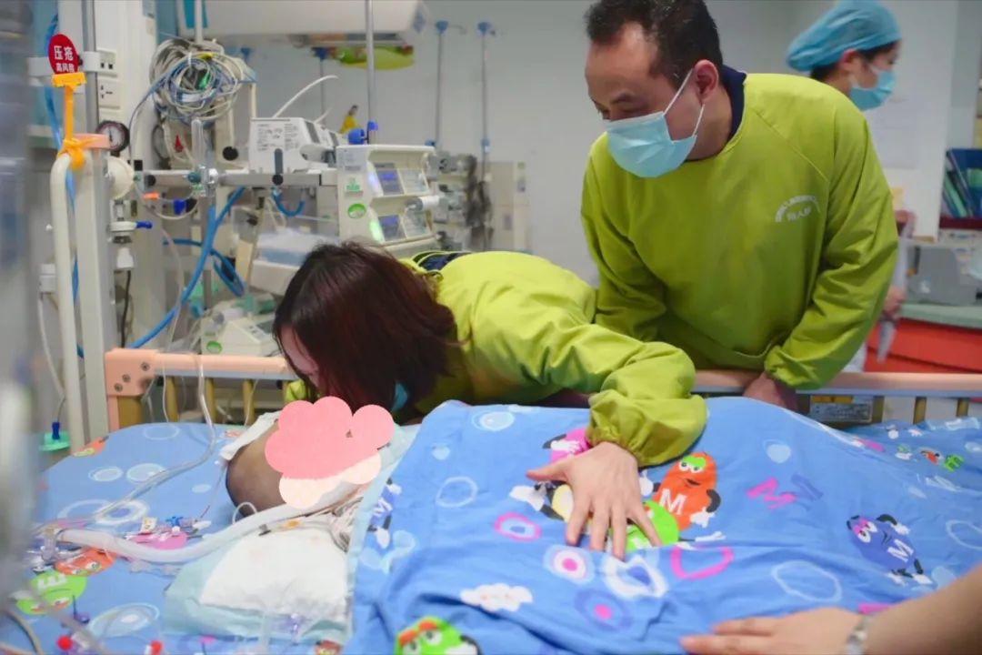 长沙3岁女孩因病去世,父母悲痛捐献器官,手术前为孩子献上最后一吻