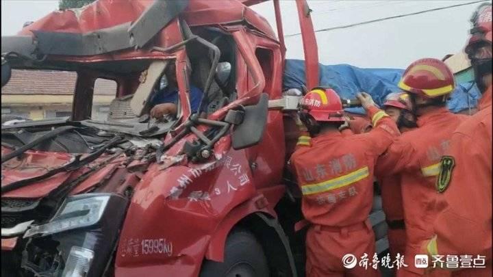 济南一货车与一渣土车相撞,消防员拆车救人