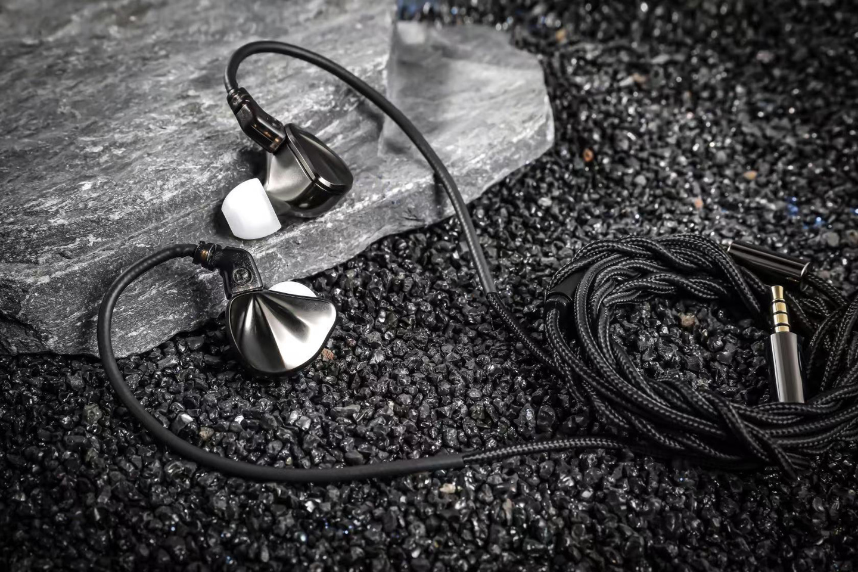 锐可余音发布 SG-01 耳机:石墨烯振膜金属外壳,199 元