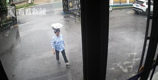 临近端午节,朝鲜族大娘头顶粽子冒雨走进派出所