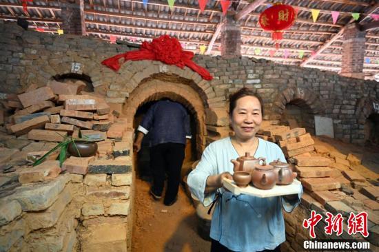 广西钦州千年坭兴陶古龙窑开窑