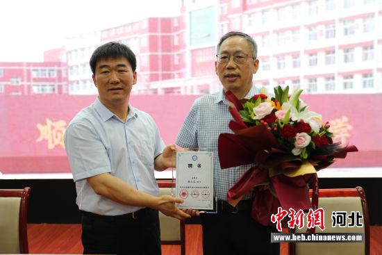 中国科学院院士韩占文受聘河北顺平县中学终身名誉校长