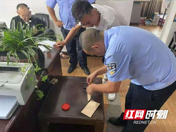 龙山县公安局乡镇派出所开展辖区吸毒人员毛发检测工作