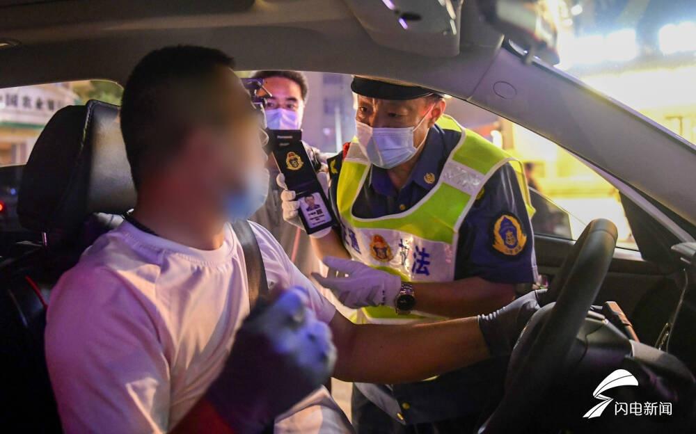 1小时内查处5辆无证网约车 济南开展出租客运市场夜间执法行动