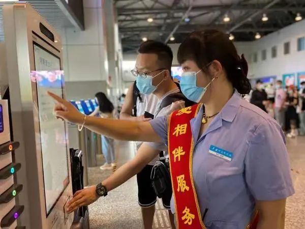 端午小长假,郑州北站开通电子客票业务,旅客刷脸、刷证即可进站