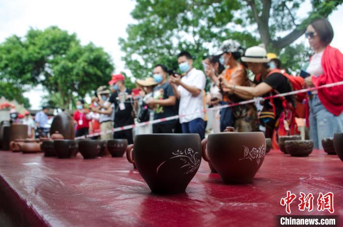 广西钦州坭兴陶古龙窑开窑 展现非遗文化魅力