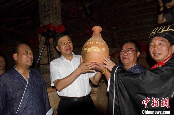 广西钦州千年古龙窑开窑 8千多件坭兴陶面世