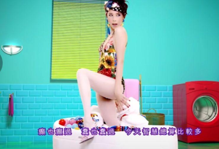 莫文蔚新歌MV身着辱华品牌,大秀好身材却遭网友抵制。