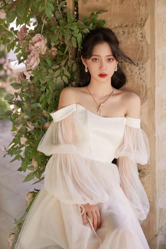 欧阳娜娜白纱长裙置身花丛中拍大片 宛如花仙子甜美迷人