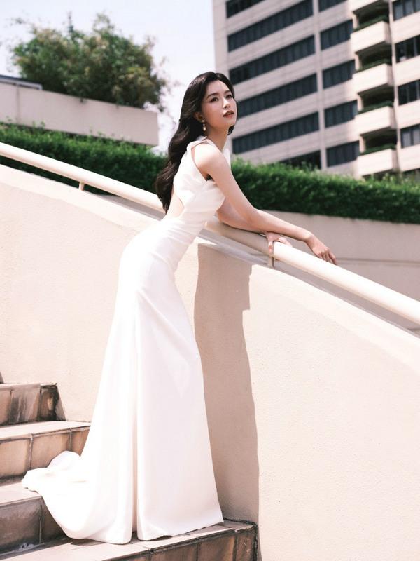 文咏珊身穿白色礼服秀纤细腰肢 置身花丛美艳动人