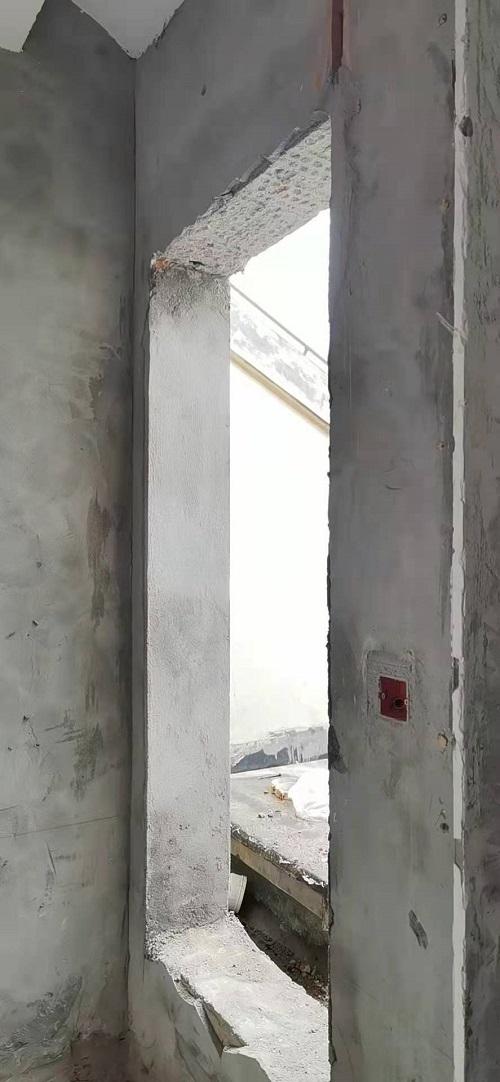 居民任性破墙开门被城管执法查处