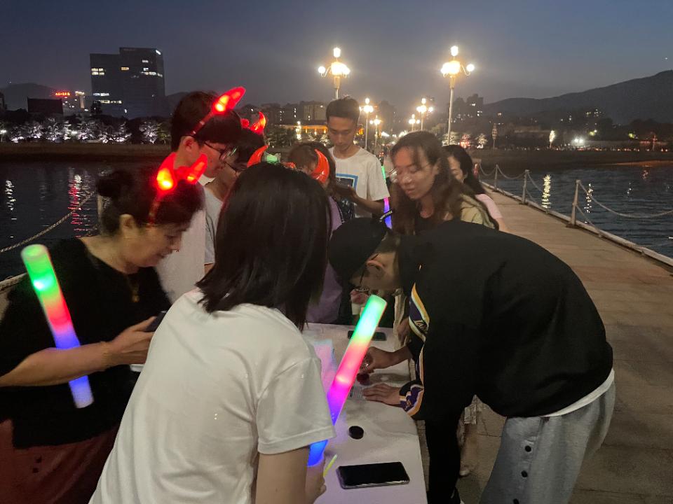 """青春向党、荧光奔跑""""夜跑活动闪耀港城"""