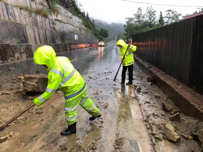 四川阆中暴雨致城区多处积水 个别道路发生山体落石