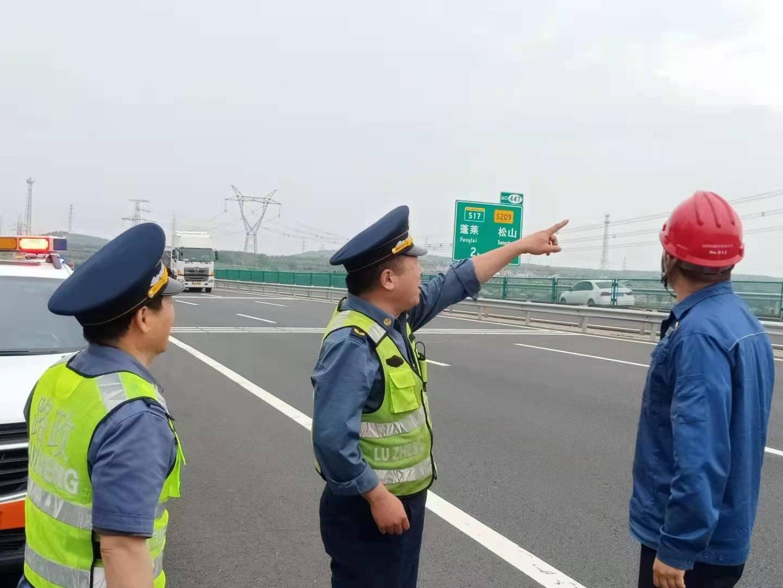 雨季来临前路政排查倾斜电线杆消除高速公路安全隐患