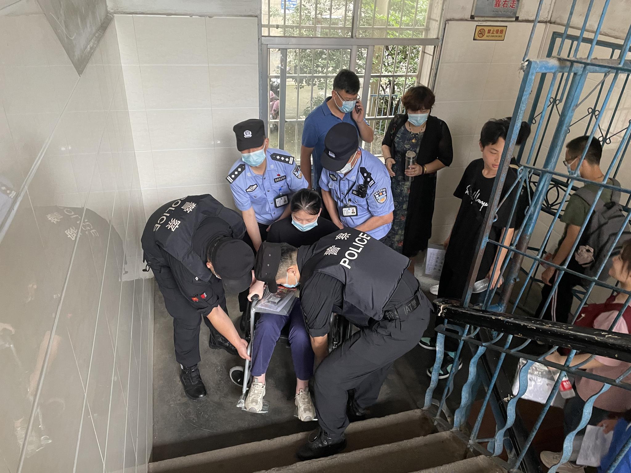 怀化女生车祸受伤,坐轮椅参加考试,民警全程抬送