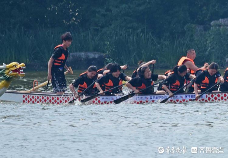 济南大明湖上龙舟竞渡,场上选手齐发力