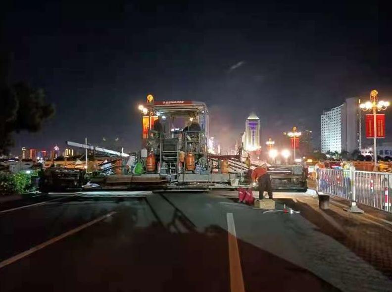 南宁南湖大桥又升级!沥青桥面超薄层改造正在施工,15日凌晨恢复交通设施